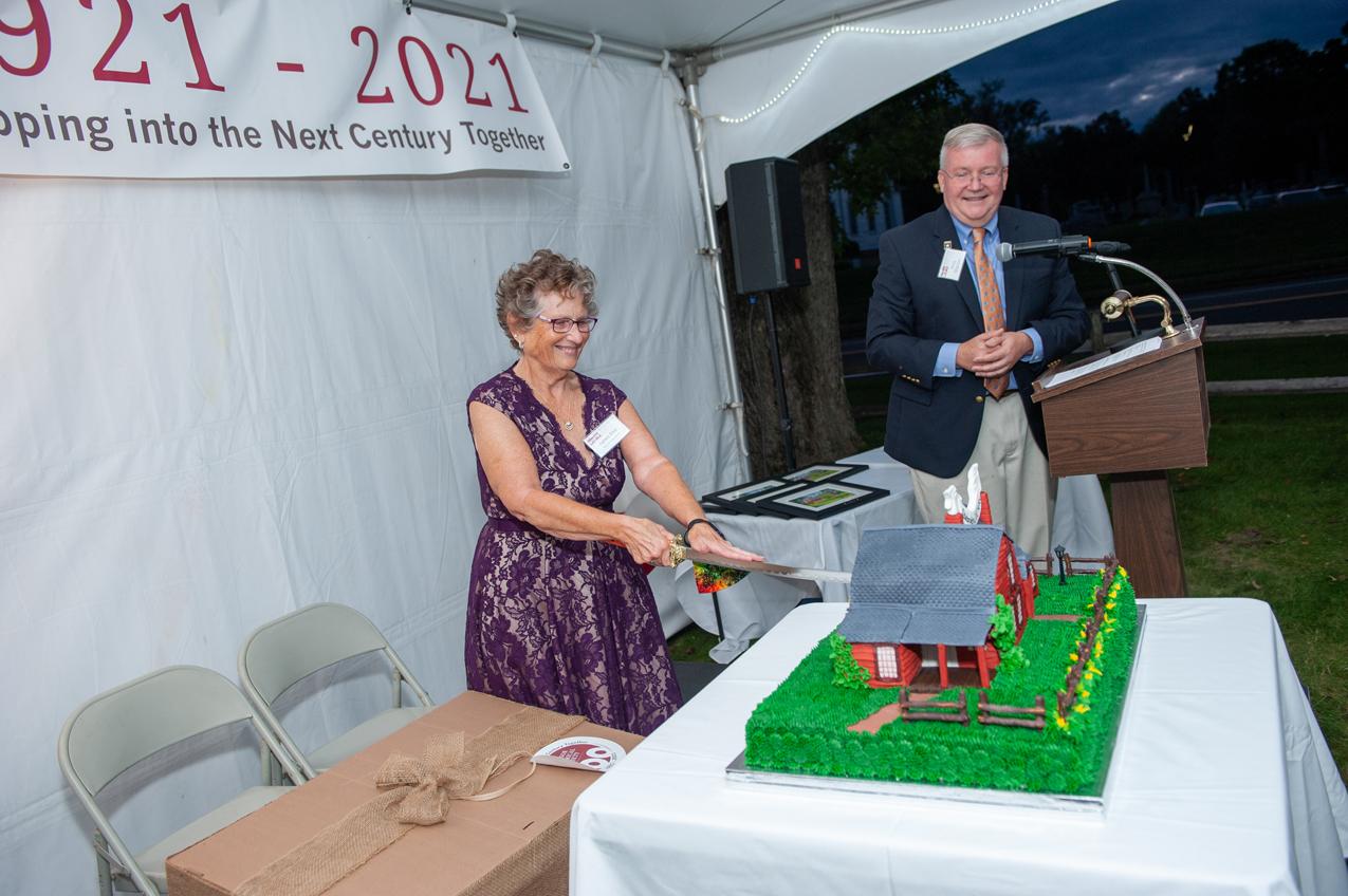 Agnes Pier cuts the cake
